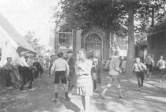 Spelende kinderen op het schoolplein Buorren 10